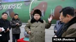 (រូបភាពឯកសារ) រូបថតដែលគ្មានបញ្ជាក់កាលបរិច្ឆេទផ្តល់ដោយទីភ្នាក់ងារព័ត៌មានមជ្ឈិមប្រជាជនកូរ៉េរបស់កូរ៉េខាងជើងនៃមេដឹកនាំកូរ៉េខាងជើង លោក Kim Jong Un ជួបសំណេះសំណាលក្រុមអ្នកវិទ្យាសាស្រ្ត និងអ្នកបច្ចេកទេសស្តីពីកិច្ចការស្រាវជ្រាវផលិតអាវុធនុយក្លែអ៊ែរ (KCNA) រដ្ឋធានី Pyongyang ថ្ងៃទី៩ ខែមីនា ឆ្នាំ២០១៦។