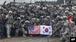 2015年12月10日,在韓國仁川參加美韓聯合軍事演習的兩軍人集體合影。(資料照片)
