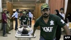 Một nạn nhân bị thương trong vụ nổ súng được đưa đến bệnh viện địa phương ở Karachi, ngày 19/10/2010
