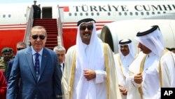 Cumhurbaşkanı Recep Tayyip Erdoğan ve dönemin Katar Şeyhi Tamim bin Hamad Al Thani 2017'de Doha'da.