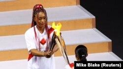 Kabuhariwe mu mukino wa tenisi, Naomi Osaka, ni we watwaye urumuri rwo gufungura imikino Olempike