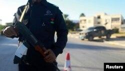 지난 4일 리비아 벵가지에서 중무장한 경찰이 경찰서 주변 도로를 지키고 있다. (자료사진)