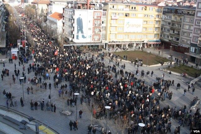 About 8,000 anti-government demonstrators took part in the protest in Pristina, Kosovo, Jan. 9, 2016. (P.W. Wellman/VOA)