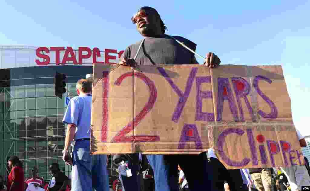 借用电影为奴12年片名的抗议海报(美国之音国符拍摄)