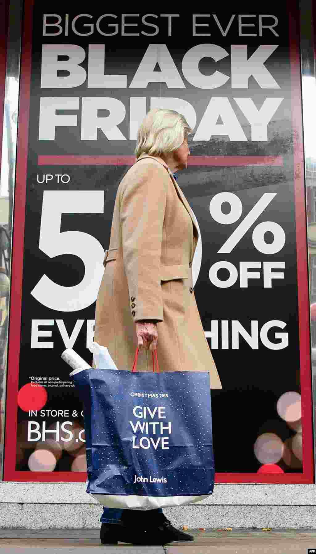 영국 런던 중심가인 옥스포드 거리에 '블랙프라이데이' 할인을 알리는 배너가 붙어있다. '블랙프라이데이'는 미국에서 추수감사절 다음 날 상점들이 대대적인 할인 판매를 하면서 시작됐다.