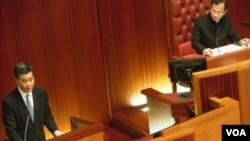 梁振英(左)在立法會答問大會上沒有回應他的違建是否涉及誠信問題(資料照片)