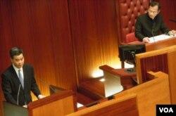梁振英(左)在立法會答問大會上沒有回應他的違建是否涉及誠信問題