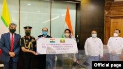 အိႏၵိယႏိုင္ငံျခားေရးအတြင္းဝန္နဲ႔ အိႏၵိယတပ္မေတာ္ ၾကည္းတပ္ဦးစီးခ်ဳပ္ဟာျမန္မာထိပ္တန္းေခါင္းေဆာင္ေတြနဲ႔ ေတြ႔ဆုံခဲ့ၿပီး ကုိဗစ္ကပ္ေရာဂါ ကုသေဆးေပးအပ္တဲ့ ျမင္ကြင္း။ (ဓာတ္ပုံ - India in Myanmar (Embassy of India, Yangon) - ေအာက္တိုဘာ ၀၅၊ ၂၀၂၀)