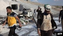 Des membres de la défense civile syrienne en intervention à Hass après une frappe aérienne dans la partie sud de la province d'Idleb, le 8 septembre 2018.