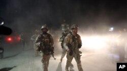 Lực lượng liên minh tại hiện trường một vụ đánh bom tự sát do phe Taliban thực hiện ở Kabul. (Ảnh tư liệu).