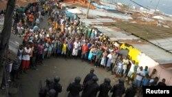 Pasukan keamanan Liberia berdiri di depan para demonstran menyusul bentrokan di daerah West Point di Monrovia (20/8).