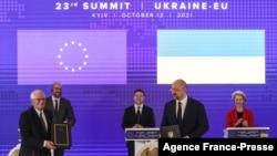 EU foreign policy chief Josep Borrell, from left, Ukrainian PM Denys Shmygal, EC President Charles Michel, Ukrainian President Volodymyr Zelenskiy and EC President Ursula von der Leyen attend a signing ceremony at the Ukraine-EU summit in Kyiv, Oct. 1, 2021.