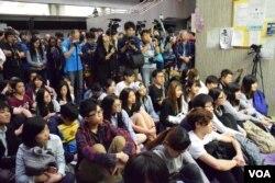 數十名參與論壇的學生席地而坐,也有大批傳媒採訪。(美國之音湯惠芸)