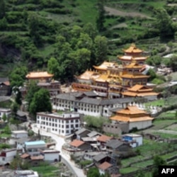 康定山中的寺庙