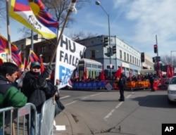 场外支持者与抗议者隔街对峙