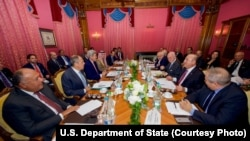 존 케리 미 국무장관이 15일, 스위스 로잔에서 세르게이 라브로프 러시아 외교 장관 등과 시리아 사태를 논의하고 있다.
