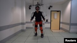 Un patient atteint de tétraplégie marche à l'aide d'un exosquelette à Grenoble, en France, en février 2019, dans cette image extraite d'un document vidéo du Fonds de dotation Clinatec.