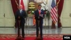 Presiden Joko Widodo memberikan keterangan pers bersama Wakil Presiden Amerika Serikat Mike Pence di Istana Merdeka Jakarta Kamis, 20 April 2017. (Foto: VOA/Andylala)