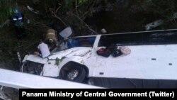 Rescatistas tratan de salvar a una persona atrapada dentro del autobús siniestrado en Antón, en la central provincia de Coclé, Panamá.