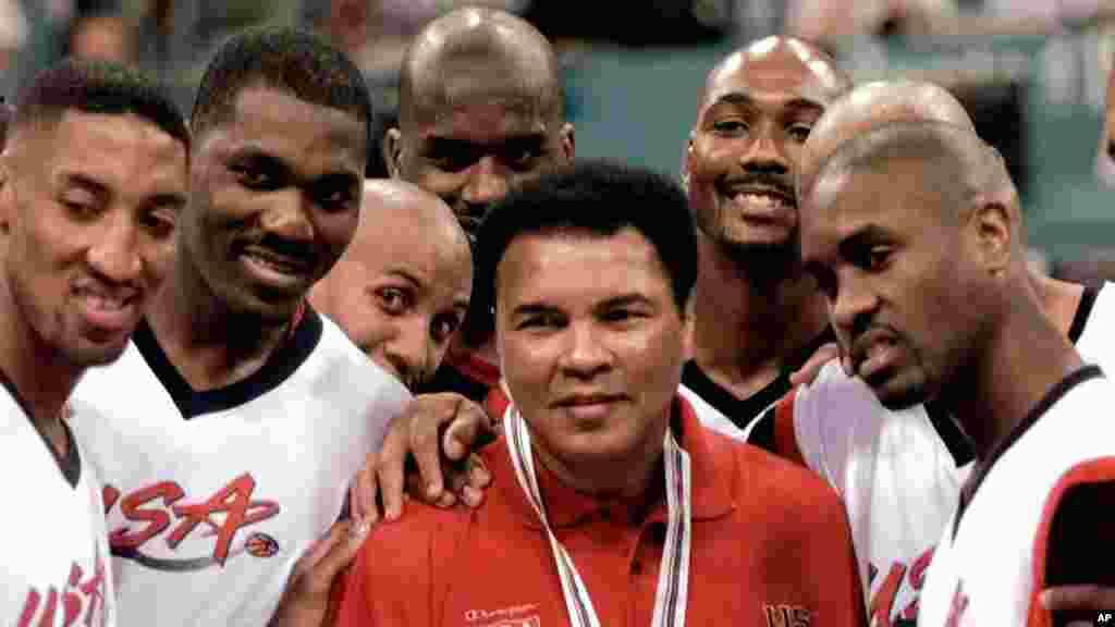 Mohamed Ali pose avec les joueurs de Dream Team de 1996 : Scottie Pippen, Hakeem Olajuwon, Reggie Miller, Shaquille O'Neal, Karl Malone et Gary Payton après avoir reçu la médaille d'or aux Jeux olympiques à Atlanta le 3 août, 1996.