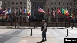 疫情中,一位行人路过纽约市的洛克菲勒中心。