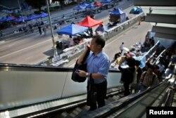 在學聯答應開通通道後,香港政府公務員返回政府總部上班。