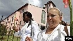 Laura Pollán (derecha) durante una de las marchas en La Habana para que el gobierno libere a los presos políticos.