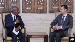 Suriya prezidenti Bashar al-Assad (o'ngda) BMT va Arab Ligasining maxsus vakili Kofi Annan bilan. Damashq, Suriya, 3-iyun, 2012-yil.