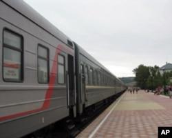 莫斯科-乌兰巴托国际列车停在俄蒙边界俄方境内等待过境