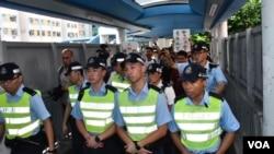 元朗警署派出30名警員護送社工團體報案。(美國之音湯惠芸拍攝)