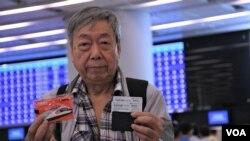 第一位購買到高鐵香港段首日通車的頭班車票的香港市民梁先生。(美國之音湯惠芸)