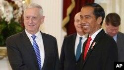 Bộ trưởng Quốc phòng Mỹ Jim Mattis bắt tay với Tổng thống Indonesia, Joko Widodo.