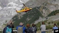 Máy bay trực thăng chuẩn bị hạ cánh sau một hoạt động cứu hộ trên đỉnh núi Mont Blanc, ở Courmayeur, Ý, 9/9/2016.
