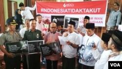 Seorang Gusdurian (tengah) membacakan pernyataan usai doa bersama di gereja St.Lidwina, Sleman Yogyakarta, Rabu (14/2). Disamping kiri/kanan: Romo Yohanes Dwi Harsanto dan Kyai Umaruddin Masdar. (Foto VOA/Munarsih)