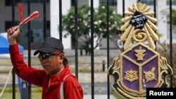 Pendukung pemerintah Thailand di luar gedung Komisi Nasional Anti-Korupsi di provinsi Nonthaburi, luar kota Bangkok (27/2). (Reuters/Chaiwat Subprasom)