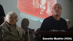 Orang tua Petrus Bima Anugrah saat memberikan kesaksian tentang penculikan anaknya. Foto: Sasmito. (Foto: VOA/Sasmito Madrim)