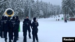 Polisi Jerman memblokir area resor ski di Winterberg, di tengah lonjakan kasus Covid-19 di sana, Minggu (3/1/21).