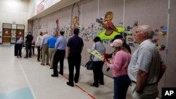 Gradjani u redovima čekaju da glasaju