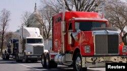 Ratusan pengemudi truk saat berunjuk rasa di sekitar Gedung Capitol di Washington, D.C., 22 Februari 2000, memprotes kenaikan harga diesel. (Foto: dok).
