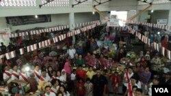 Perayaan HUT RI di Solo oleh pedagang pasar tradisional Nongko, Minggu, 17 Agustus 2014 (VOA/Yudha Satriawan)