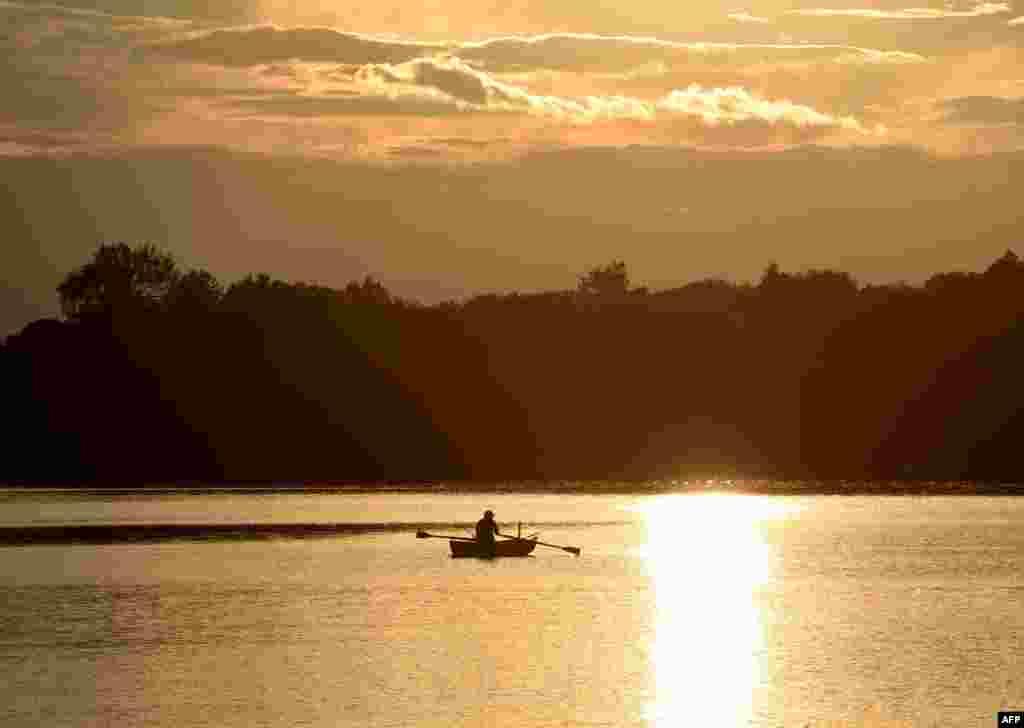ماهیگیر در دریاچه ای در جنوب آلمان