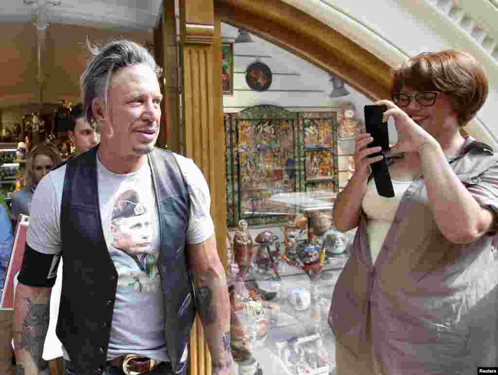 미국 배우 미키 루크가 블라디미르 푸틴 러시아 대통령의 모습이 그려진 티셔츠를 입고 러시아 모스크바 중심가의 한 백화점을 방문했다.