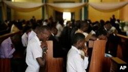 지난 2일 부룬디 부잠부라의 문디 대성당에서 경찰과 대치 중 사망한 희생자들의 장례식이 치뤄지고 있다. (자료사진)