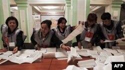 Члены местной избирательной комиссии в Оше (южный Кыргызстан) подсчитывают бюллетени.