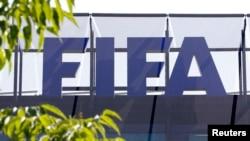 Le logo de la Fifa à son siège social dans la ville de Zurich, Suisse, le 27 mai 2015.