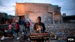 Lingkungan dan prasarana sanitasi yang masih rusak akibat gempa, merupakan salah satu penyebab menyebarnya wabah kolera di Haiti.