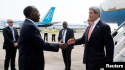 克里星期六抵达金沙萨后和刚果外长握手