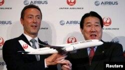 El presidente de JAL, Yoshiharu Ueki (derecha) posa junto a Fabrice Bregier, de Airbus, para celebrar la compra de 31 aviones Airbus A350.