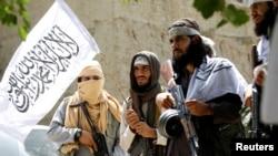 阿富汗塔利班武裝人員2018年6月16日在楠格哈爾省加尼凱爾慶祝停火。