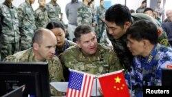 Các binh lính Hoa Kỳ và Trung Quốc cùng trao đổi trong đợt diễn tập cứu hộ thảm họa ngày 18/11/2016 tại Côn Minh, Vân Nam, Trung Quốc.
